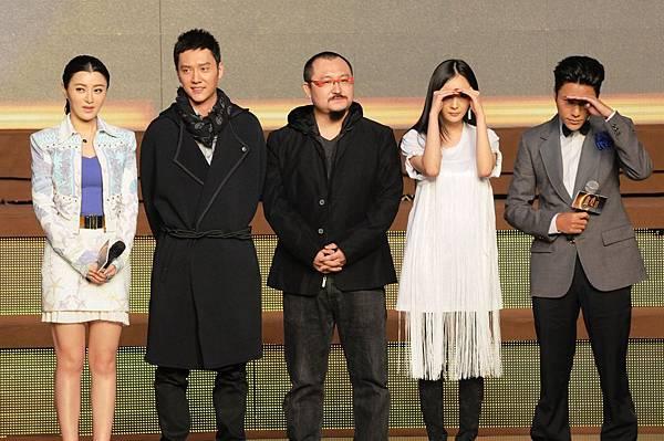 (左起)陳廷嘉、馮紹峰、烏爾善、楊冪、陳坤,楊陳二人逗趣與媒體互動