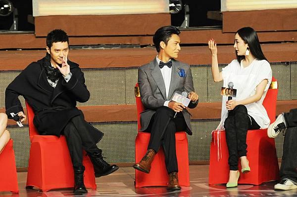 (左起)馮紹峰、陳坤、楊冪三人台上搞怪互動