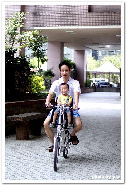 牛_1Y6.2M_跟爸爸騎車.jpg