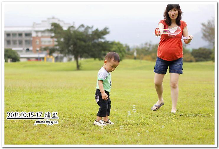 20111015-17埔里行_阿牛1.8M_吹泡泡.jpg