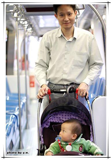 阿牛_1y2m_第一次搭捷運.jpg