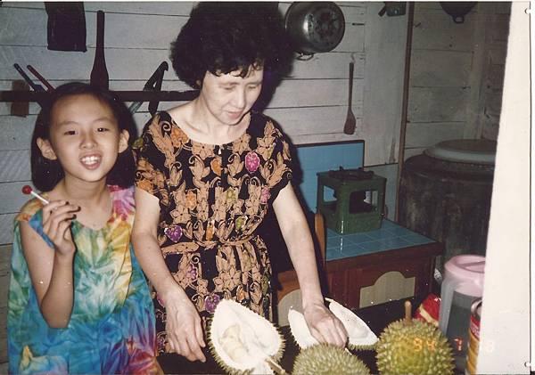 瑞珍媽媽在小舅家開榴槤。(1994.7)