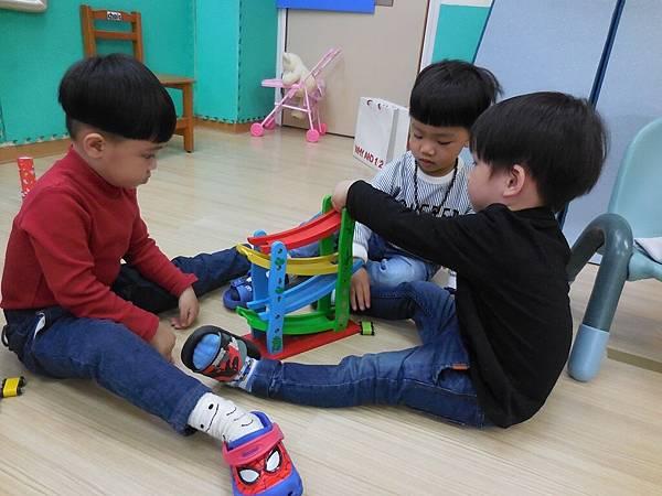 與同儕分享玩具 (3).JPG