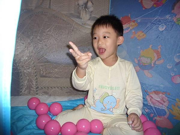 小廷把粉紅色球撿好了.JPG