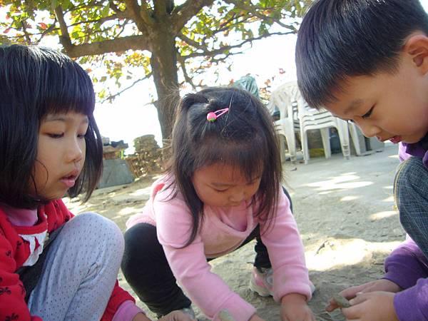 3人在玩沙子.JPG