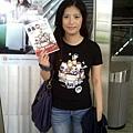當天早上的出發,在高鐵站~哈哈!!穿著我們買的特別T,也還有寶貝先買的書先借我拍照囉^^
