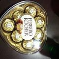 寶貝送我的禮物~我最愛的~金莎巧克力^^