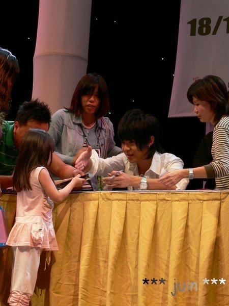 和小女孩握手