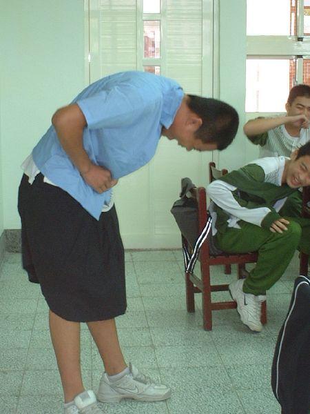 在305班介紹升學管道時,讓他們穿看看高中職的制服玩看看~