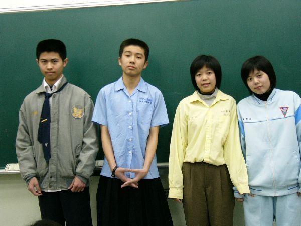 312班也來玩看看~神奇的是,都是男生抽到女校,女生抽到男校的制服耶 XD