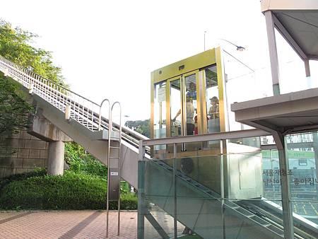 前往南山塔的電梯