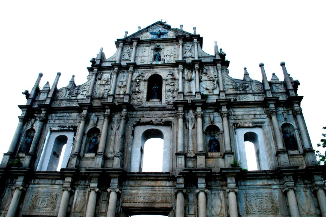 由於人很多實在無法好好替它拍照...不過這得牌坊的風格..還是讓我聯想到巴黎聖母院..雖然差很多啦
