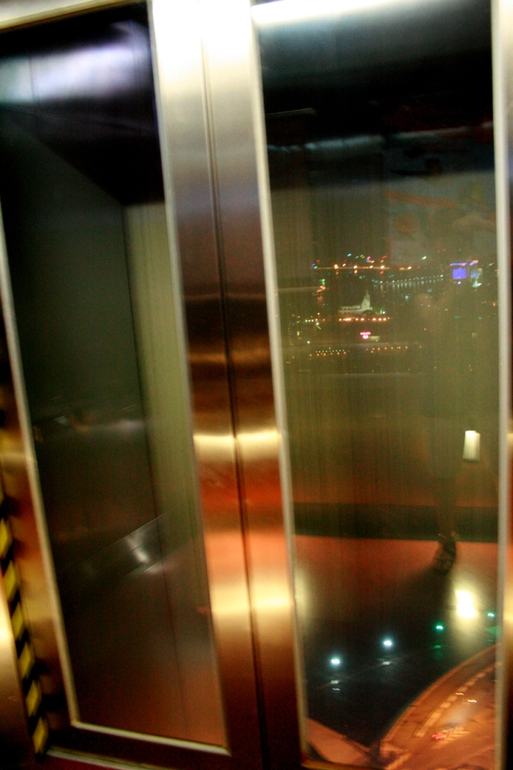 從電梯內透明的電梯拍出去....可以拍到速度感