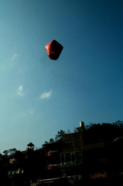 沒機會坐熱氣球...把天燈看乘熱氣球升空也不錯
