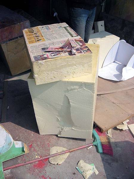 這是泡棉....要一個一個塞進骨架中