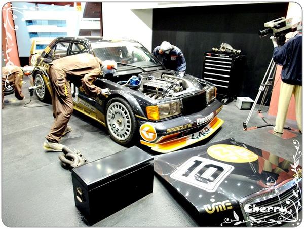 模擬參賽車輛、維修隊在加油站內的情況