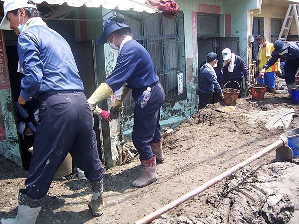 家家戶戶都有慈濟志工先行剷除門口淤泥,讓災民得以出入。.JPG