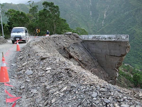 橋墩斷裂,路面被掏空,僅容一車通行。-1.JPG