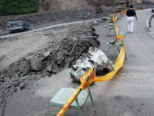 來義村主要道路碎裂半邊,圍上黃色封鎖線。.JPG
