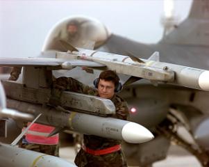 F-16掛載AIM-120,德國214型潛艦