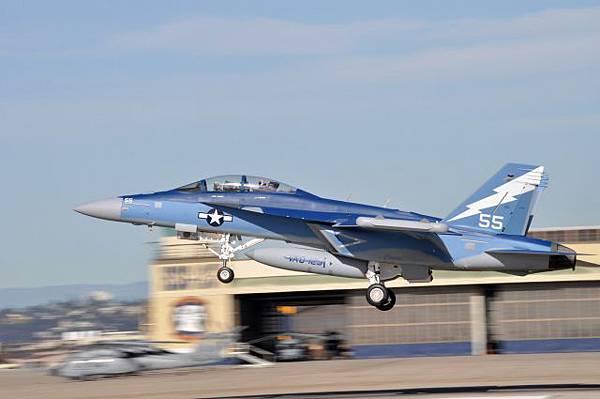 EA-6B(左)與EA-18G