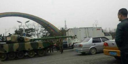 坦克車追撞貨車