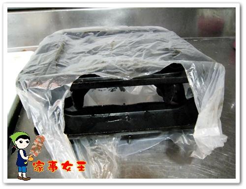 哈士奇居家清潔公司、家事服務-家事女王-爐架-9放置塑膠袋中.JPG