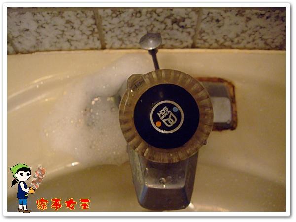 哈士奇居家清潔公司、家事服務-家事女王-浴室洗手台去霉清潔實驗-上清潔劑2.JPG