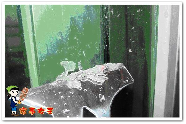 哈士奇居家清潔公司、家事服務-家事女王-玻璃殘膠之清潔-步驟二刮除.JPG