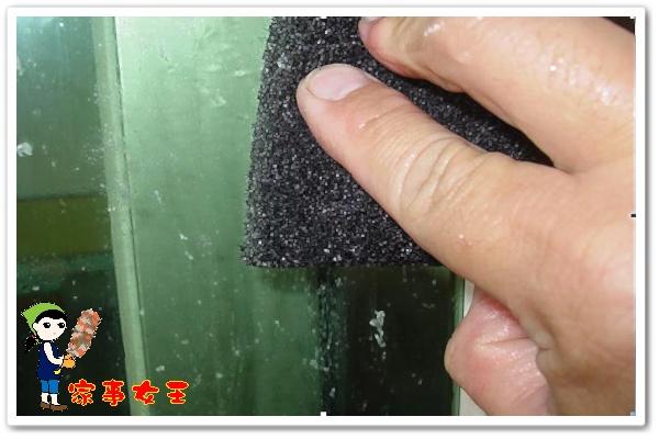 哈士奇居家清潔公司、家事服務-家事女王-玻璃殘膠之清潔-步驟三菜瓜布清除殘膠.JPG