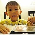 愷愷吃鬆餅-1.jpg