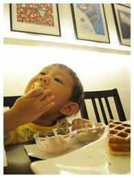 愷愷吃鬆餅-4.jpg