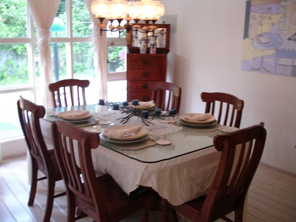 六人份小桌,正好夠分享生活中的二三事