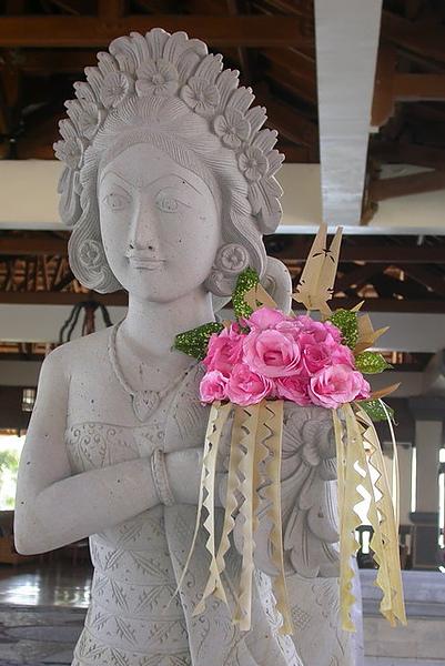 飯店的雕像每天捧鮮花