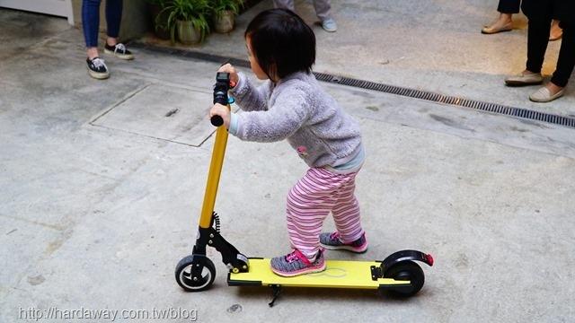 FIAT500電動滑板車騎乘