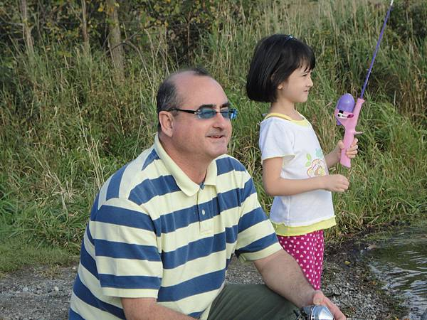 Happy fishing father and daughter!! Jasmine has own Dora fishing rod, it can catch fish too.