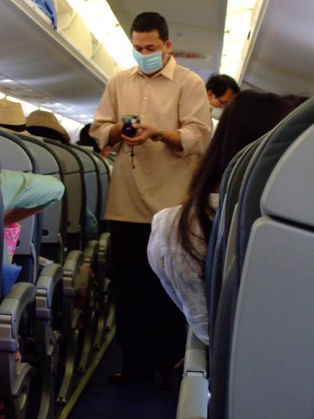機務人員用攝影機在量體溫~