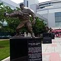 豎立在球場入口處的強森雕象.jpg