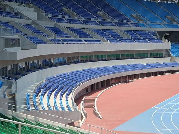 藍色的座椅有視覺降溫的效果.JPG