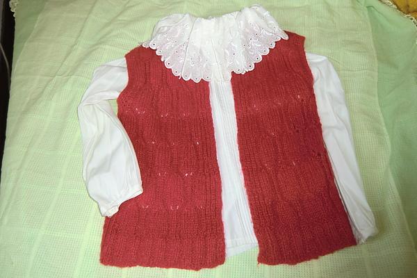 白色花邊襯衫配上紅色背心真好看