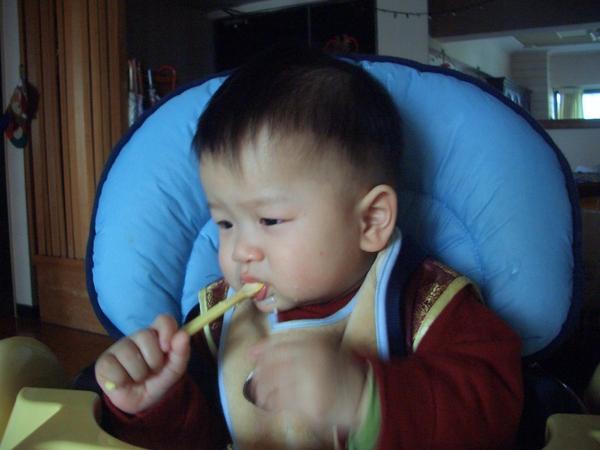 媽咪~用2隻湯匙輪流比較快啦~