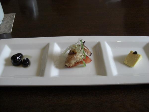 前菜(銀箔蜜黑豆,烤雞, 起司蛋豆腐)