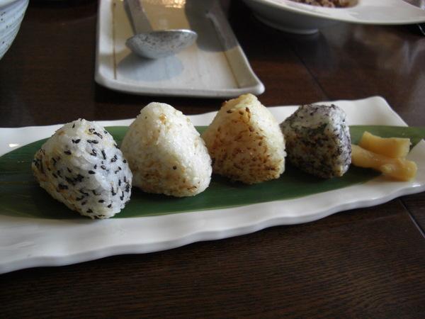 迷你烤飯糰(左至右:鮭魚,小魚,明太子,紫蘇納豆)