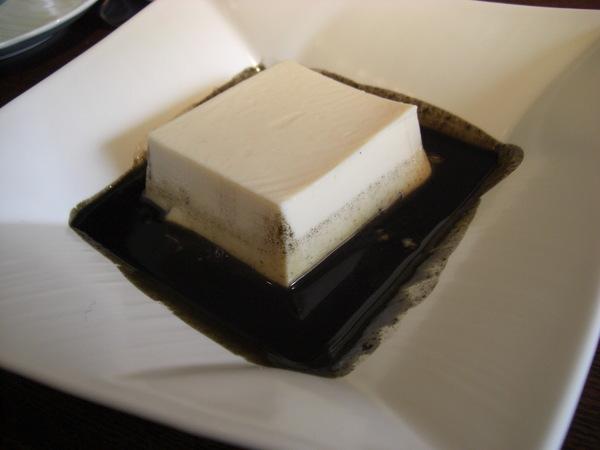 黑白豆腐(無糖豆漿做成的豆腐配上紅糖黑芝麻醬)
