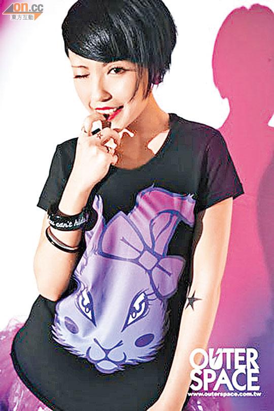 鍾舒祺用顏料在手臂上自畫紋身,硬銷兔仔潮Tee。.jpg