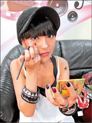 鍾舒祺透露她最愛在車上化妝,10分鐘就可以完成。.jpg