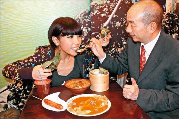 鍾舒祺(右圖左)邊吃邊聽老闆解說,每樣小吃裡的豐富餡料。.jpg