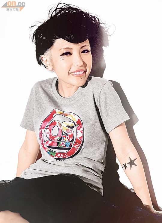 媽咪嚴禁紋身,鍾舒祺用顏料於手臂自畫圖案,一樣有型。.jpg