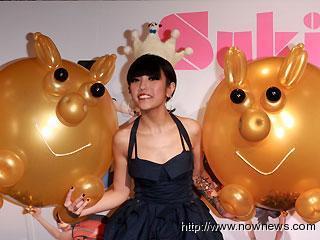 鍾舒祺「不一樣」專輯成績開紅盤,公司為她舉行3D(D台語發音豬)慶功宴,送上美味豬腳,希望往更高級數成長$(記者邱榮吉攝).bmp