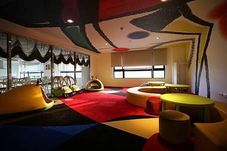遠雄的二代宅,公共空間,柔軟的地毯,還有多彩的桌椅和安全遊戲器具-中和左岸/中和建案-玫瑰園